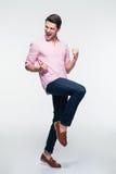Lachende jonge zakenman die zijn succes vieren Stock Foto