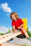 Lachende jongen op geschommel Royalty-vrije Stock Afbeelding