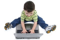 Lachende Jongen op Laptop met het Knippen van Weg Stock Fotografie