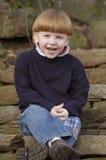 Lachende jongen op treden Stock Foto
