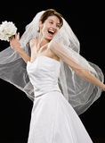 Lachende junge Braut im Hochzeitskleid und -schleier Lizenzfreie Stockfotos