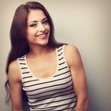 Lachende junge Frau, die in der Freizeitkleidung schaut Dieses ist ein Schwarzweiss-Bild Stockfotos
