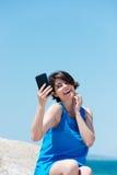 Lachende junge Frau, die sich fotografiert Stockfotos