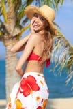 Lachende junge Frau, die Sommerferien genießt lizenzfreies stockfoto