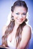 Lachende junge Frau mit dem langen Haar und dem Ohr Stockbilder