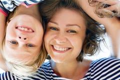Lachende junge Mutter und ihre kleine Tochter Lizenzfreies Stockbild