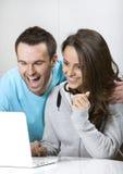 Lachende junge Paare Lizenzfreie Stockfotografie