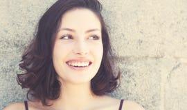Lachende kaukasische Frau im Retro- Blick der Weinlese Stockfotos