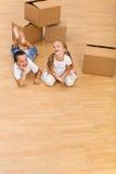 Lachende Kinder auf dem Fußboden Stockbilder