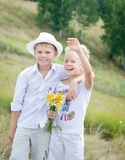Lachende Kinder im Sommer-Park Lizenzfreie Stockbilder
