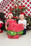 Lachende Kinder mit vielen Weihnachtsgeschenken Lizenzfreie Stockfotografie