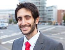 Lachende Latijnse zakenman met baard in de stad Royalty-vrije Stock Foto's