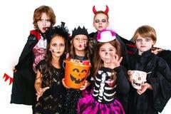 Lachende lustige Kinder in den Kostümen in Halloween Trick oder Festlichkeit stockfoto