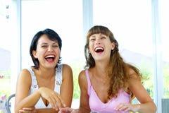 Lachende meisjes stock afbeeldingen