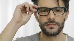 Lachende mens die bril dragen