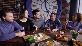 Lachende mensen die maaltijd hebben samen stock video