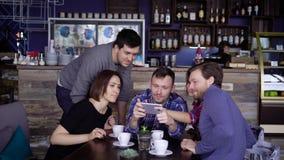 Lachende mensen die op telefoon samen letten stock videobeelden