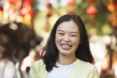 Lachende mittlere erwachsene Frau in Nanluoguxiang, Peking Stockfoto