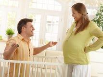 Lachende ouders die baby verwachten Stock Afbeeldingen