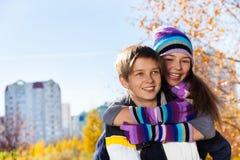 Lachende Paare von Kindern Lizenzfreie Stockfotos