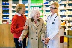 Lachende patiënten met gelukkige arts stock afbeeldingen