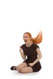 Lachende Redheadfrau, die ihr Haar schlägt Lizenzfreie Stockfotos
