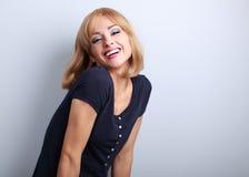 Lachende schöne blonde Frau mit der Kurzhaarfrisuraufstellung Lizenzfreie Stockfotografie