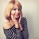 Lachende schöne blonde Frau mit Kurzhaarfrisur in Mode b Stockbilder