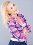 Lachende selbstsichere junge blonde Frau Lizenzfreies Stockbild