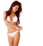 Lachende sexy junge Frau in einem weißen Bikini Stockfotografie