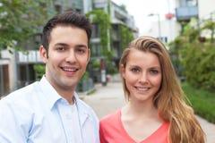 Lachende Studenten auf dem Campus Lizenzfreie Stockfotos