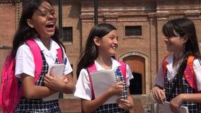 Lachende Studenten, die Schuluniformen tragen Lizenzfreies Stockfoto