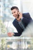 Lachende succesvolle bedrijfsmens op mobiel telefoongesprek Royalty-vrije Stock Foto's