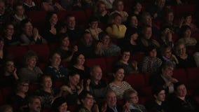 Lachende toejuichende mensen in filmzaal stock footage