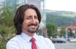 Lachende Turkse zakenman buiten voor zijn bureau Royalty-vrije Stock Fotografie