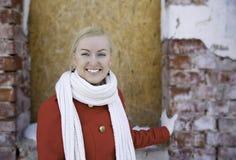 Lachende Uhr der jungen Frau auf Kamera Stockfoto