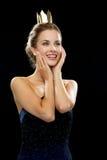 Lachende vrouw in avondjurk die kroon dragen stock fotografie