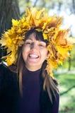Lachende vrouw die de herfstbladeren draagt royalty-vrije stock afbeeldingen
