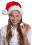Lachende vrouw die Kerstmiscake tonen Stock Afbeelding