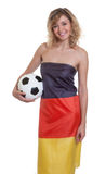 Lachende vrouw in Duitse vlag met bal Royalty-vrije Stock Afbeeldingen