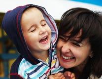 Lachende vrouw en jongen Royalty-vrije Stock Fotografie