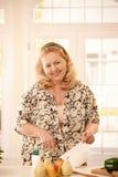 Lachende vrouw in keuken royalty-vrije stock foto