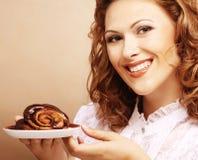 Lachende vrouw met cake Royalty-vrije Stock Fotografie