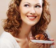 Lachende vrouw met cake Royalty-vrije Stock Foto's