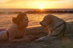Lachende vrouw met de hond van Labrador stock afbeeldingen