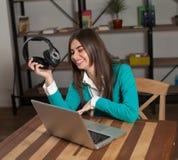 Lachende vrouw met hoofdtelefoons stock foto