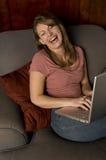 Lachende Vrouw met laptop Stock Afbeelding