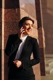 Lachende vrouw met mobiel Royalty-vrije Stock Foto's