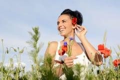 Lachende vrouw met papaver Stock Afbeeldingen