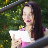 Lachende vrouw met tablet Stock Afbeelding